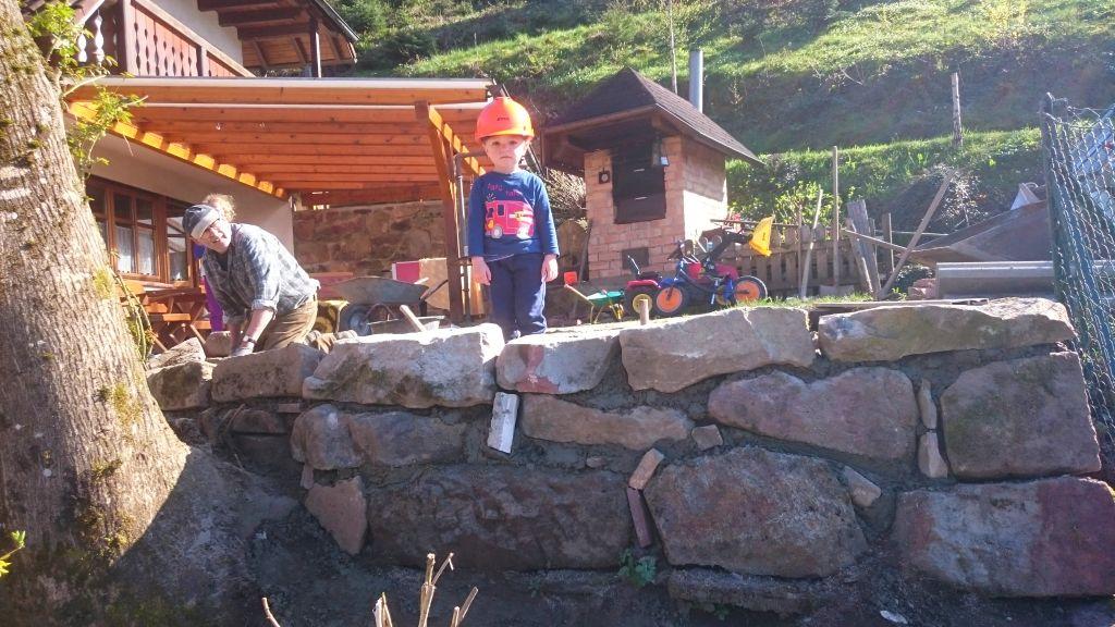 Opa und Marco bauen eine Sandsteinmauer