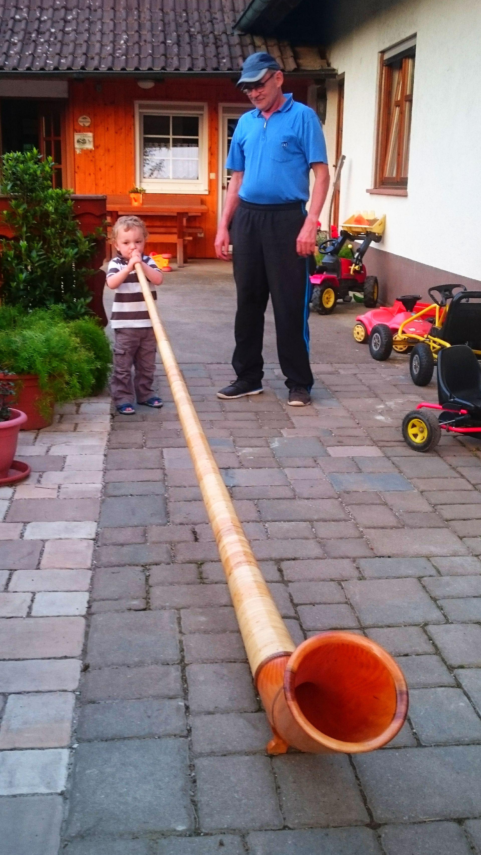 Marco und Opa mit dem Alphorn