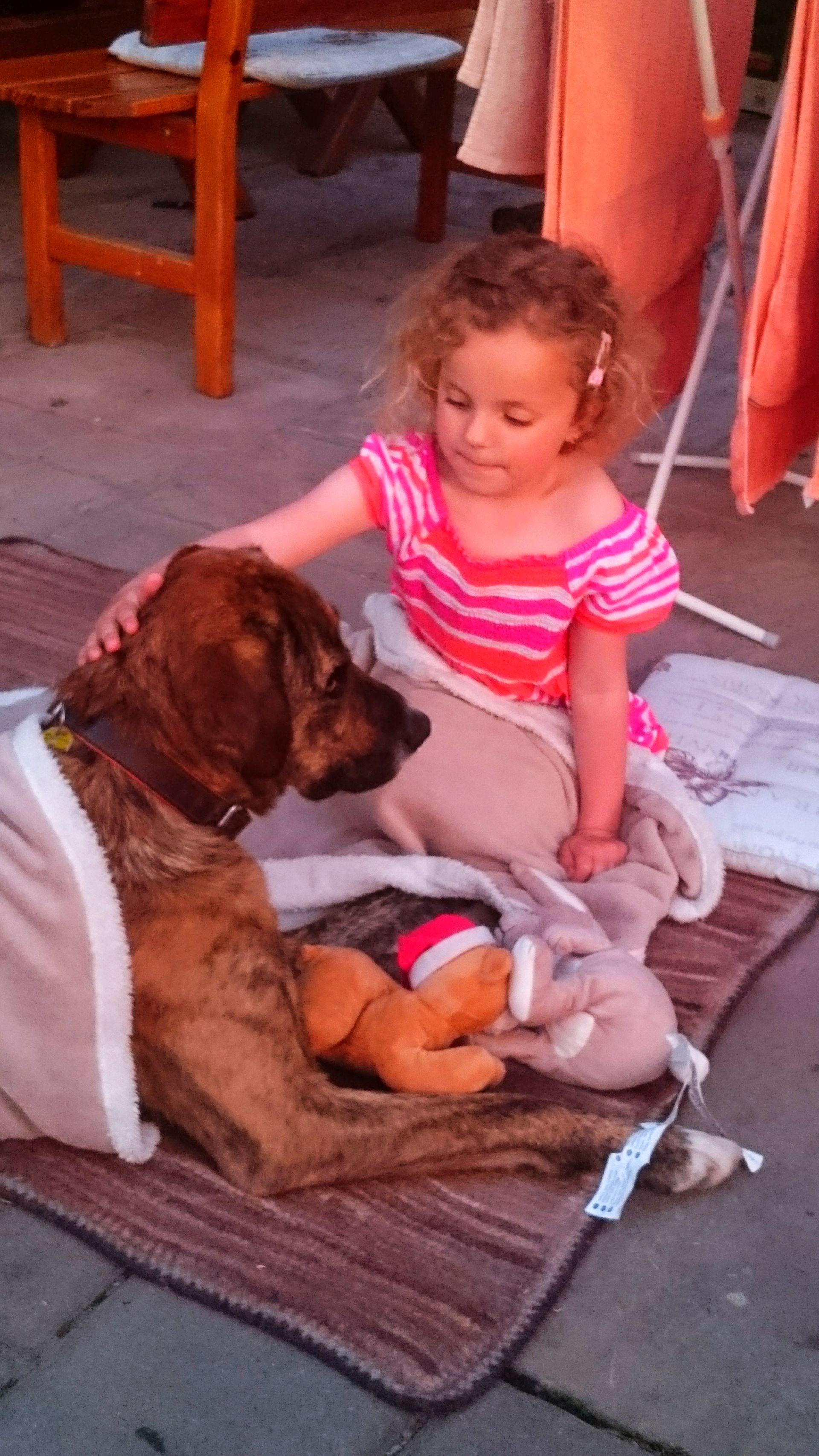 Eva freundet sich mit einem Gast-Haustier an